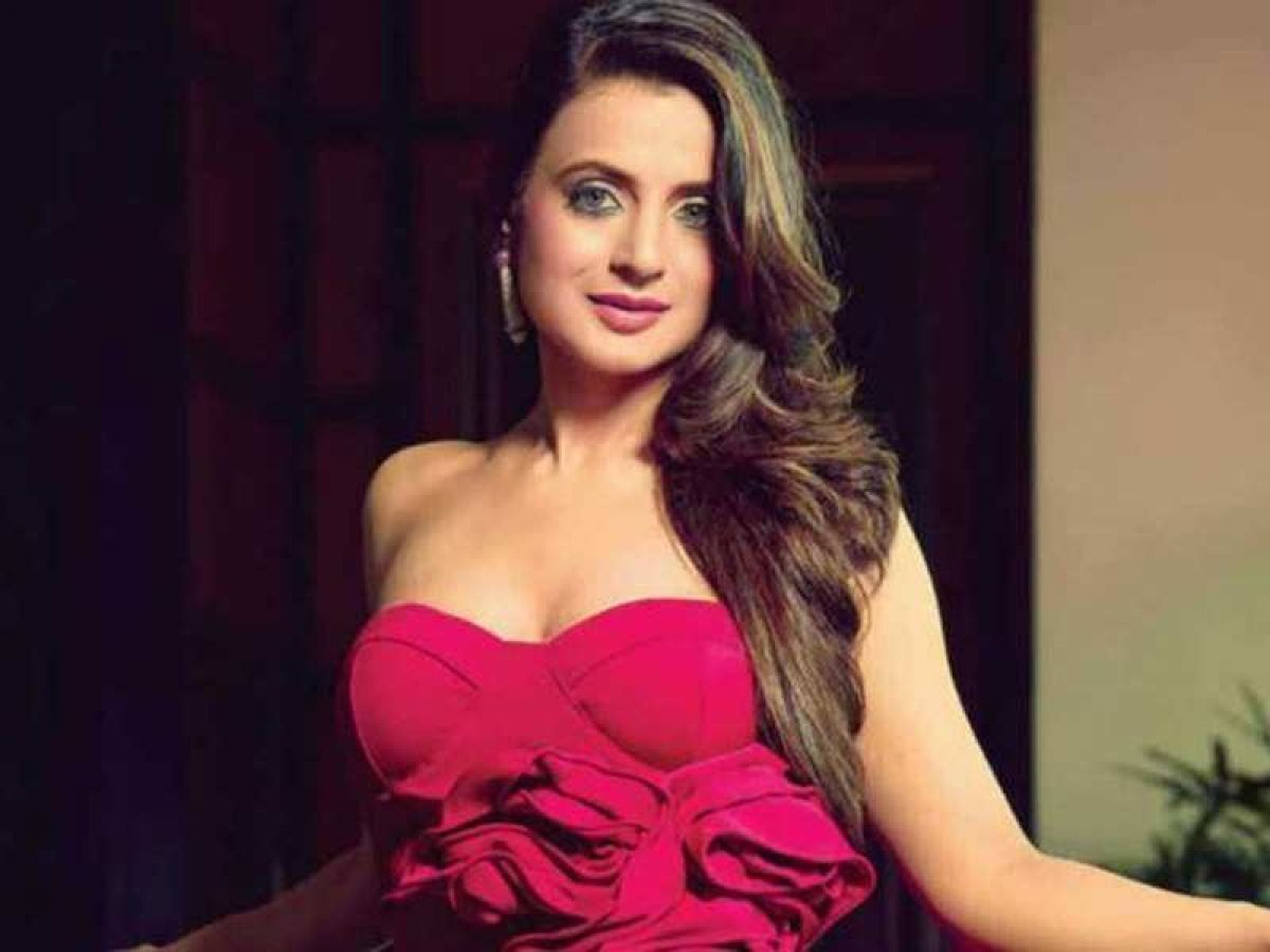 Ameesha Patel Hot Videos ameesha patel sets internet on fire in a white color crop