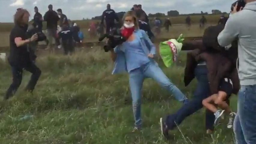 फीमेल जर्नलिस्ट की शर्मनाक हरकत, टांग अड़ाकर गिराया शरणार्थी को, हुई बर्खास्त