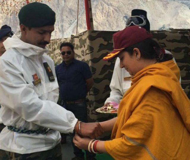 Siachen: Union Textile Minister Smriti Irani celebrates Raksha bandhan with Indian soldiers