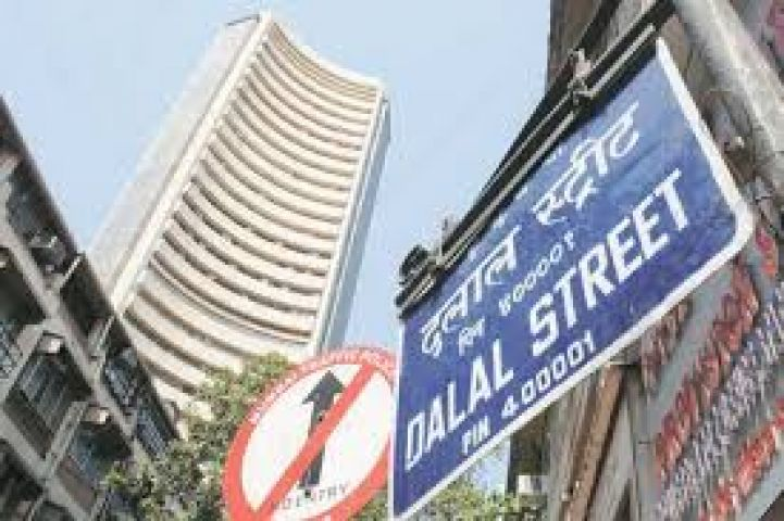Sensex drops 104 pts in early trade on weak universal cues