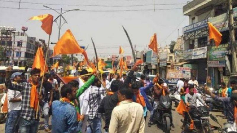 गुरुग्राम में हिन्दू सेना ने लहराई तलवारें, जबरन बंद करवाई मीट और चिकन की दुकानें