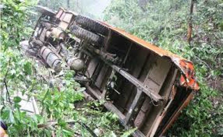 टैंकर से टकराई छात्राओं से भरी बस, कई घायल