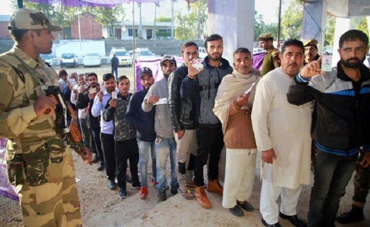 बारामुला: अलगाववादियों के मुंह पर करारा तमाचा, भारी मात्रा में वोट डालने पहुंचे मतदाता