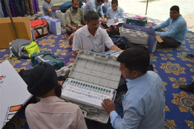 जम्मू कश्मीर: छह पोलिंग बूथ पर देरी से शुरू हुआ मतदान, ईवीएम में आई समस्या