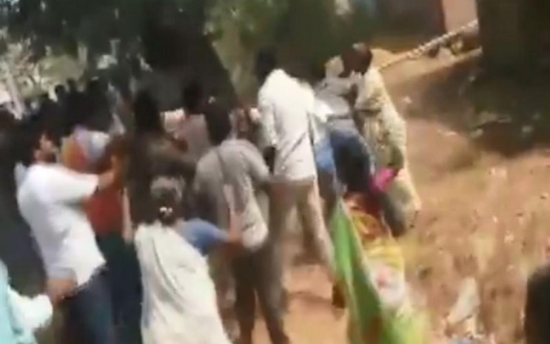 VIDEO: एक तरफ हो रहा था मतदान, तो वहीं कार्यकर्ता चला रहे थे लात-घूंसे