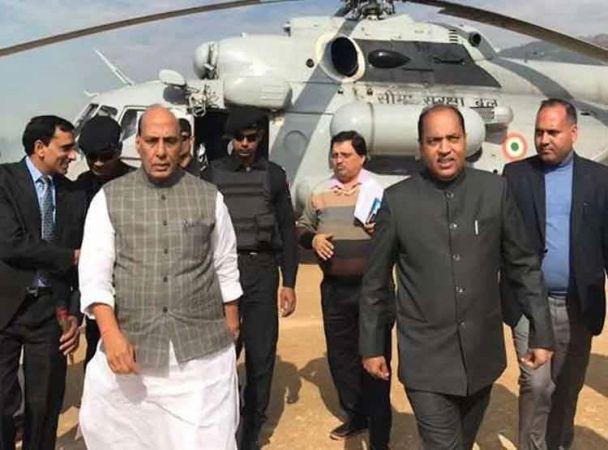 लोकसभा चुनाव: राजद के रैली स्थल पर उतर गया राजनाथ का हेलीकाप्टर, सेल्फी के लिए उमड़ी भीड़