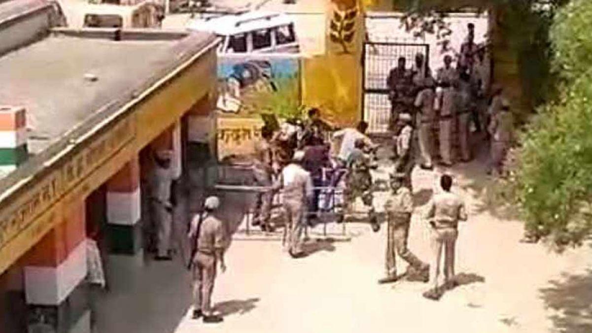 कैराना: बगैर वोटर ID सपा के पक्ष में वोट करने आ पहुंची भीड़, सुरक्षाकर्मियों ने खदेड़ा, देखें वीडियो