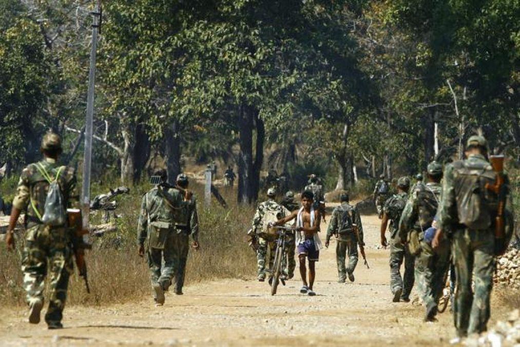आईईडी विस्फोट करने की नीयत से जा रहे नक्सलियों को पुलिस ने दबोचा