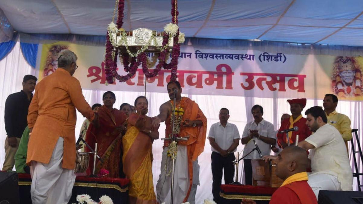 शिरडी के साई मंदिर में रामनवमी की धूम, भक्तों ने रामलला को झुलाया पालना