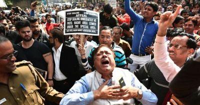 दिल्ली: सीलिंग करने आई टीम पर लोगों ने बरसाए पत्थर, पुलिस ने भी किया लाठी चार्ज