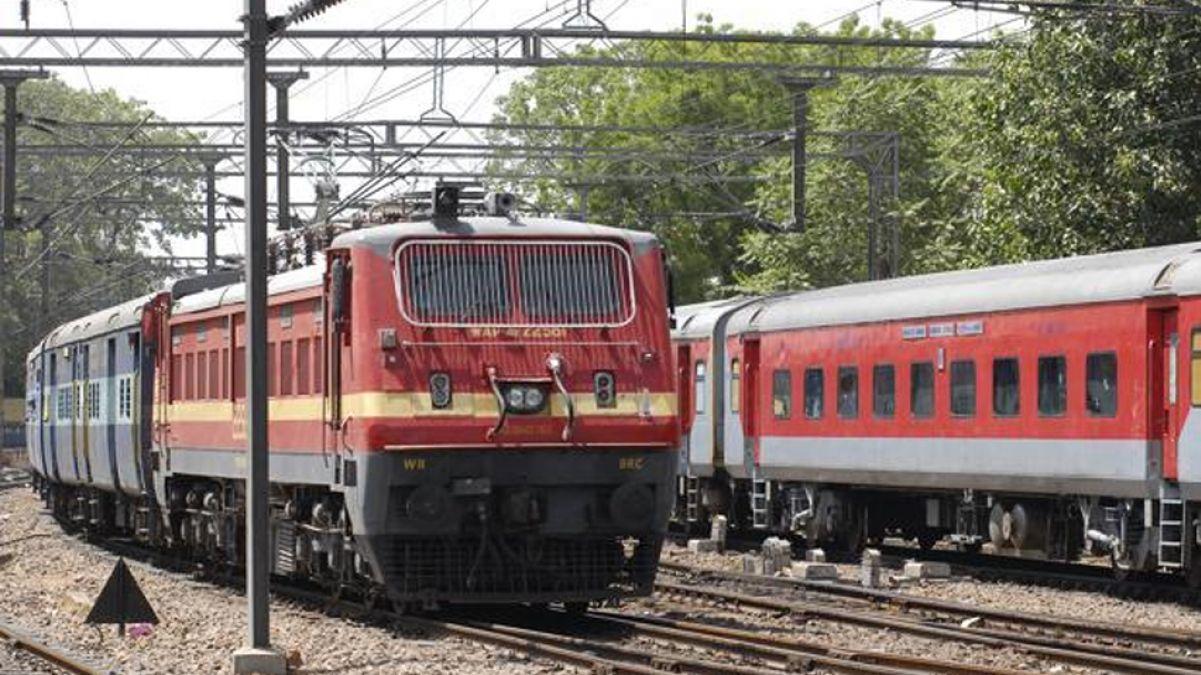 बिहार में टला बड़ा रेल हादसा, जेसीबी मशीन से भीड़ गई पैसंजर ट्रैन