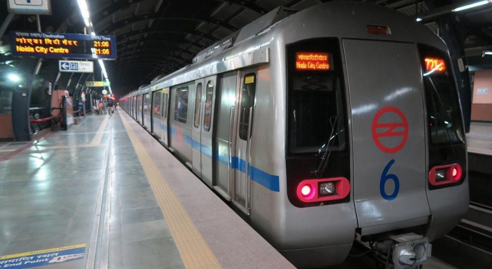 दिल्ली मेट्रो के दरवाजे में फंसी महिला की साड़ी, सिर में आई गंभीर चोटें