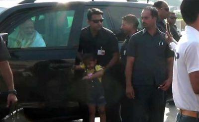 PM मोदी ने रूकवाया काफिला, सामने आई बच्ची से यूं मिले