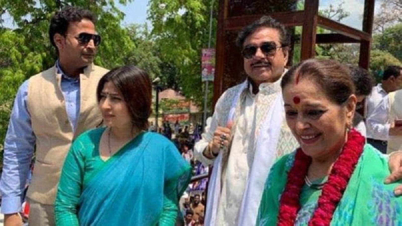शत्रु ने अपनी पत्नी के लिए किया चुनाव प्रचार, कांग्रेस नेता ने लिया आड़े हाथ