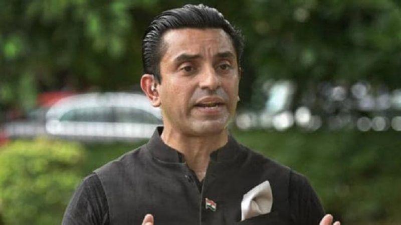तहसीन पूनावाला की चुनाव आयोग से मांग, कहा- साध्वी प्रज्ञा के चुनाव लड़ने पर लगे रोक