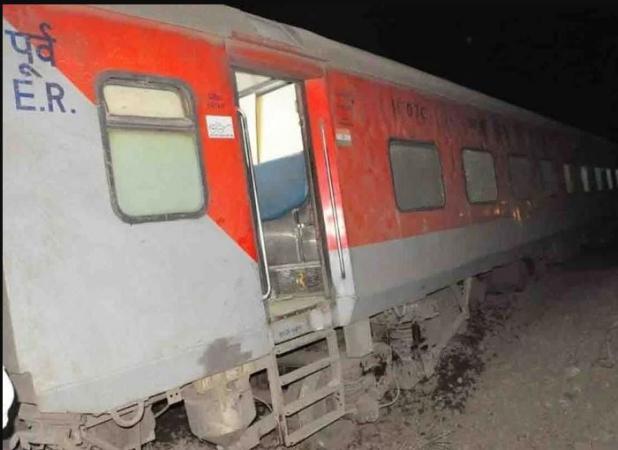 Poorva Express derails, 14 injured