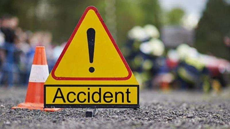 सड़क किनारे खड़े ट्रक में जा घुसी यात्रियों से भरी बस, एक की मौत कई घायल