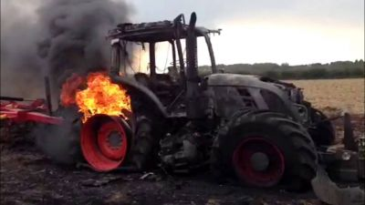 बीजापुर में नक्सलियों ने खेत में खड़े दो ट्रैक्टरों में लगाई आग