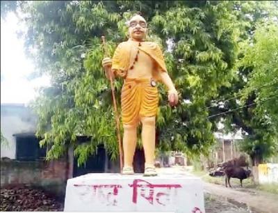योगीराज में महात्मा गांधी भी रंगे भगवा रंग में