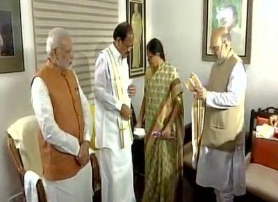 PM मोदी, अमित शाह ने घर पहुंचकर वेंकैया नायडू को दी बधाई