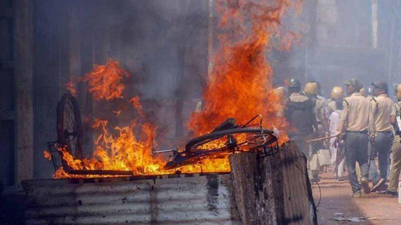 आपस में ही भिड़े TMC के नेता, आगजनी और बमबारी तक पहुंची बात