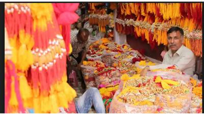राखी के लिए बाजारों में उमड़ी भीड़, राशि के अनुसार बहने खरीदें राखी