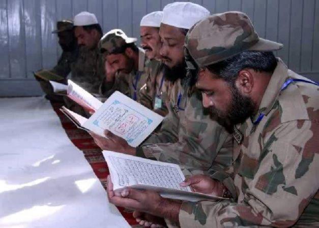 पाकिस्तान में बंदूकों पर भारी पड़ती तस्वीह और क़ुरान