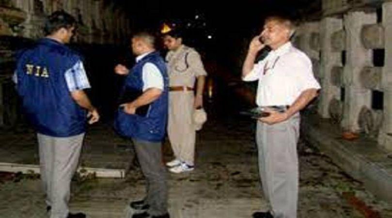 सुरक्षा जांच अधिकारियों को दौड़ाया