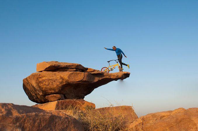 ये जनाब जमीन पर नहीं बल्कि 300 फिट ऊंचा जाकर करते है योगा