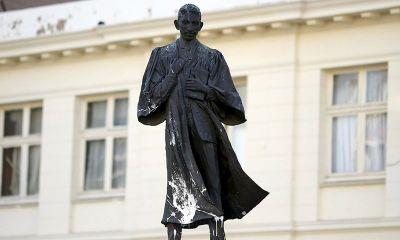 छात्रों ने किया विरोध तो हटाई गई महात्मा गाँधी की प्रतिमा