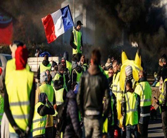 फ्रांस: प्रदर्शनकारियों की संख्या में कमी आने से मैक्रों ने ली राहत की सांस