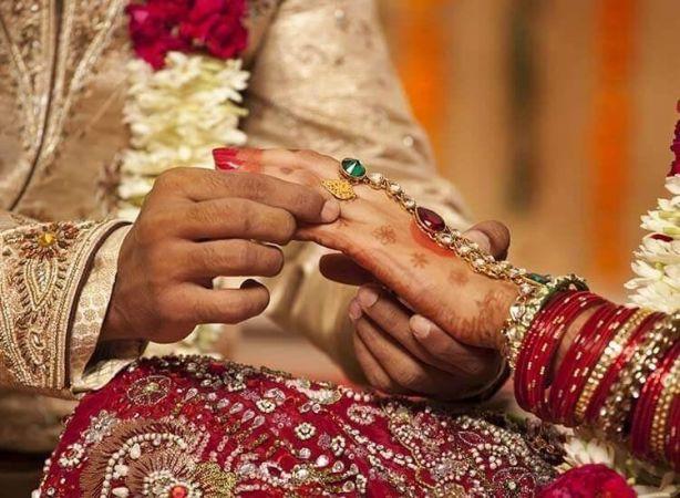 पुलिस ने थाने में कराई प्रेमी युगल की शादी, टीआई ने दिया आर्शीवाद