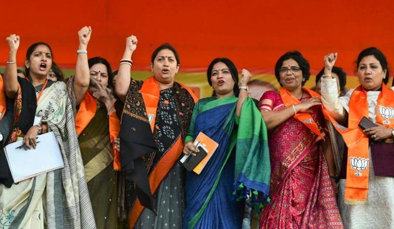 रामलीला मैदान में भाजपा महिला कार्यकर्ताओं ने भरी हुंकार, बड़ी रैली संपन्न