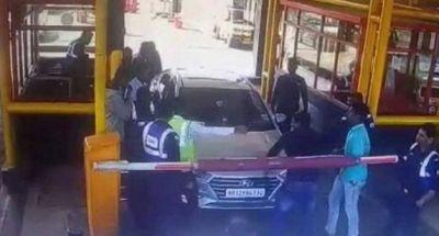 टोल कर्मियों ने महिला अधिकारी से की बदसलूकी