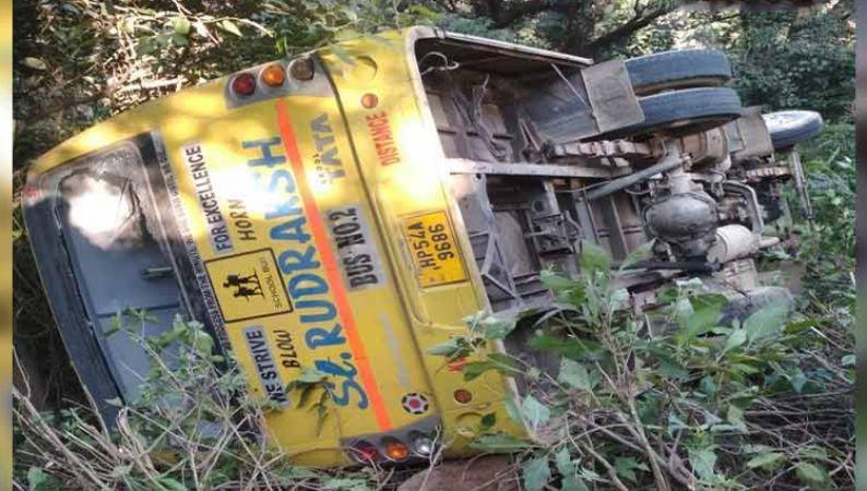 हिमाचल प्रदेश: पीएम मोदी की रैली में जा रहे छात्रों की बस पलटी, 35 बच्चे अस्पताल में भर्ती