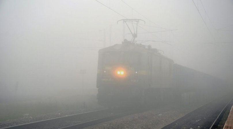 रेल और हवाई यातायात पर पड़ रहा है कोहरे का भारी असर, सैकड़ो ट्रेनें लेट