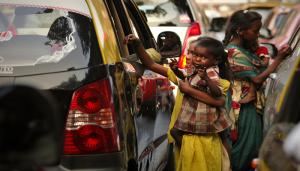 VIDEO : हैरान कर देगी सड़क पर भीख मांगने वाले बच्चो की असली कहानी