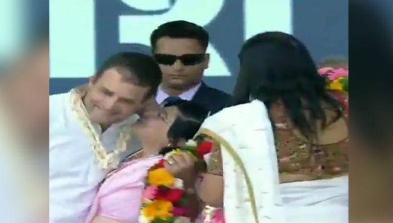 जब माला पहनाने के बाद महिला ने राहुल को कर दिया किस, शरमा गए कांग्रेस अध्यक्ष