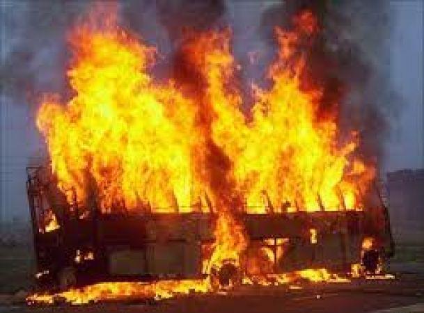 इंदौर से पुणे जा रही यात्री बस में अचानक लगी आग