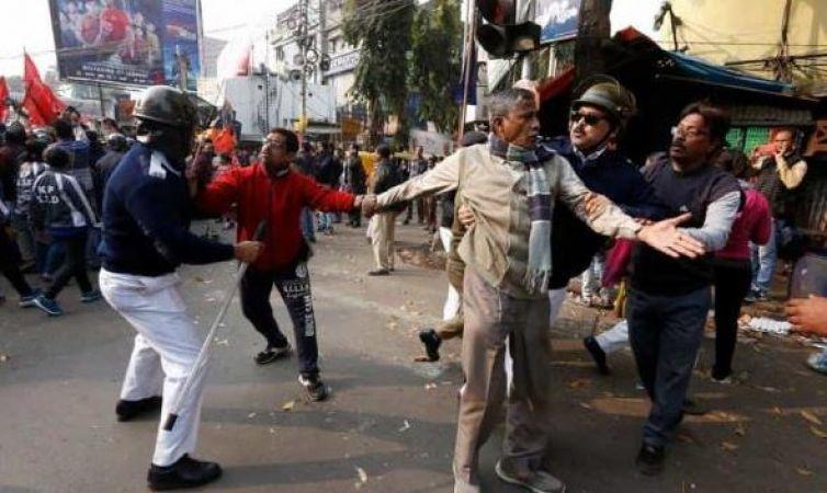 भारत बंद LIVE : बंगाल में पुलिस को खदेड़ा, प्रदर्शनकारियों ने सरकार पर लगाए आरोप