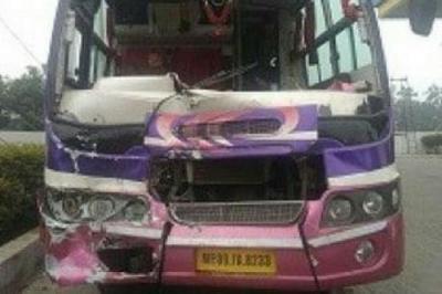 मध्यप्रदेश की यात्री बस की ट्रक से भीषण टक्कर