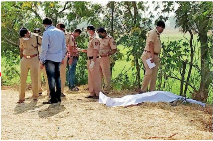 A dead body of a naked man was found in Mumbai