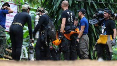थाईलैंड: गुफा से बच्चों को निकालने में लगे एक कमांडो की मौत