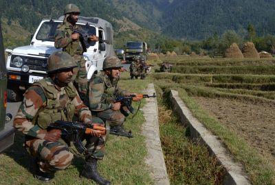 कश्मीर : कुलगाम में सेना और आतंकियों के बीच फायरिंग, मौजूद है लश्कर ए तैयबा का कमांडर
