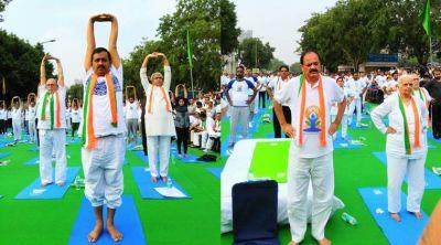 योग दिवस : दिल्ली में केजरीवाल, वेंकैया नायडू और रामनाथ कोविंद ने किया योग