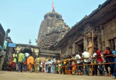 महाशिवरात्री के मौके पर भगवान शिव का पूजन करने मंदिरो में उमड़ रही भक्तों की भीड़