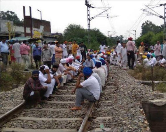 विभिन्न मांगो को लेकर किसानों ने जाम किया अमृतसर-जालंधर रेलवे ट्रैक, कई ट्रेनें रद्द