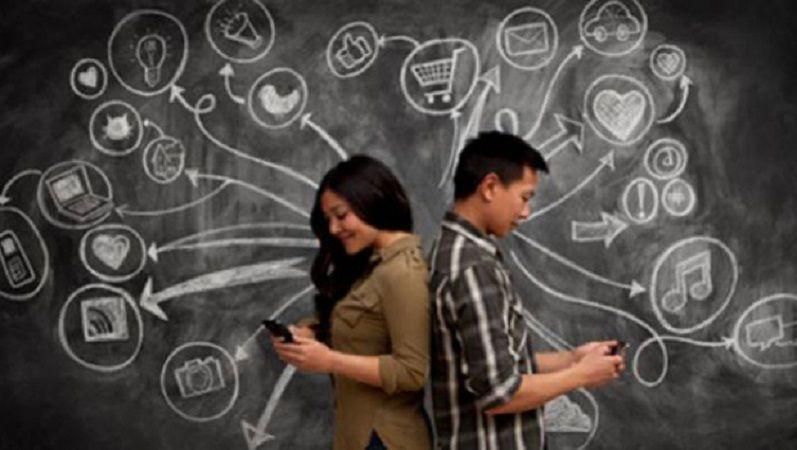 सोशल मीडिया डाल रहा रिश्तों में दरार,  ख़त्म हो रहा है अपनों के बीच प्यार