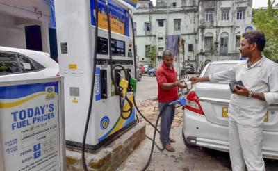 नहीं थम रही पेट्रोल की बढ़ती कीमते, डीजल के दाम में आज फिर हुई कमी