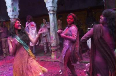 आदिवासियों की अनोखी प्रथा, अगर रंगों से खेली होली तो करनी पड़ेगी शादी